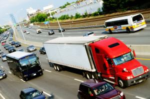 Autobahnverkehr mit LKW und PKW