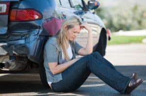 Frau nach Autounfall