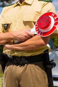 Polizist bei einer Verkehrskontrolle