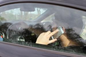 Die Sicherheit ist beim Handy am Steuer beeinträchtigt