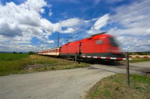 Bahn überquert den Bahnübergang