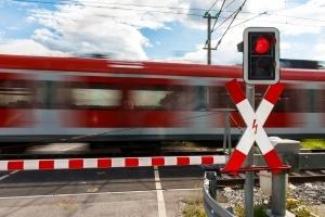 Ein bahnübergang mit Schranken und einer roten Ampel
