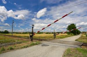 Der Zug überquert den Bahnübergang