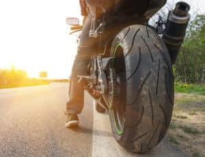 Auf zwei Rädern in den Urlaub? Sie können das Motorrad auf dem Anhänger mitnehmen.