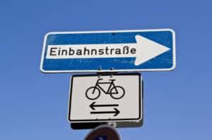 In der Einbahnstraße sollte Sie nur beim Ein- und Ausparken rückwärtsfahren.