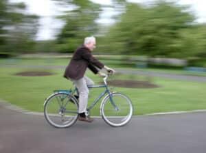 Ob mit dem Fahrrad auf dem Gehweg oder mit dem Fahrrad auf dem Radweg, diese sollten immer ausgeschildert sein. Sonst gilt es, mit dem Fahrrad auf der Straße zu fahren.
