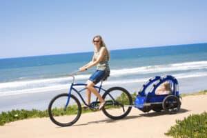 Fahrrad fahren mit Kind geht auch mit einem speziellen Anhänger.