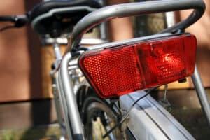 Das Fahrrad-Rücklicht sollte mindestens 25 cm über der Fahrbahn am Fahrrad angebracht werden.