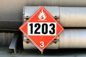 Nach der Gefahrgutverordnung muss die Warntafel am Lkw auch die sogenannte UN-Nummer enthalten.