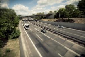 Eine Geschwindigkeitsüberschreitung mit dem Lkw von mehr als 30 km/h kann schon mehrere hundert Euro Bußgeld für den Fahrer bedeuten.