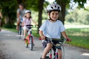 Eine Helmpflicht für Kinder auf dem Fahrrad besteht nicht, obwohl bereits drei Viertel aller 6- bis 10-Jährigen einen Fahrradhelm regelmäßig tragen.
