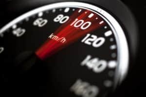 Die Höchstgeschwindigkeit für einen Lkw innerhalb geschlossener Ortschaften liegt bei 50 km/h.