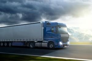 Ein Lkw sollte den Abstand unbedingt einhalten. Als Richtwert dient dabei die 50-Meter-Regel. Der Mindestabstand von 50 Metern bei einer Geschwindigkeit von 50 km/h sollte nicht unterschritten werden.