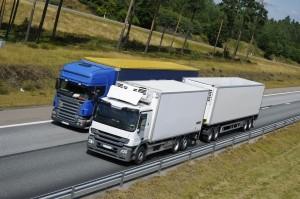 Das Überholen im Überholverbot für den Lkw kann sehr teuer werden. Neben einem Bußgeld von bis zu 250 Euro ist auch mit einem Punkt zu rechnen.