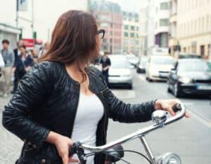 Die Verkehrsregeln für Radfahrer bezüglich der relevanten Zeichen und generell der Straßenbenutzung sind in der StVO verankert.