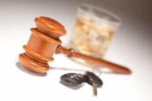 Der Bußgeldkatalog sieht für Wiederholungstäter, vor allem bei einer überhöhten Geschwindigkeit und bei Alkohol am Steuer, höhere Strafen vor als beim Erstvergehen.