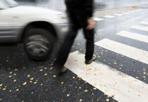 Wenn Fußgänger die rote Ampel überqueren, kann Bußgeld oder schlimmer noch ein Unfall die Folge sein.