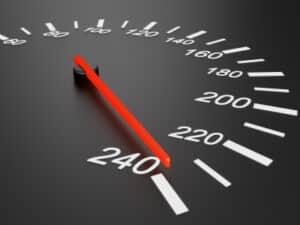 In Bezug auf eine Geschwindigkeitsüberschreitung ist ein Wiederholungstäter, wer innerhalb eines Jahres zweimal mit mehr als 26 km/h erwischt wird.