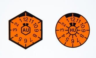 Autokennzeichen in Deutschland sind mit Prüfplaketten versehen.
