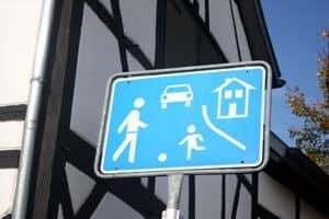 """Das Verkehrsschild """"Spielstraße"""" hat das Zeichen 325.1."""