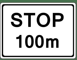 Zusatzschilder geben laut StVO weitere Einschränkungen für das eigentliche Verkehrszeichen an.