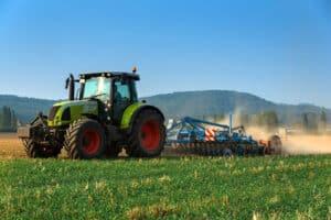 Wenn ein Traktor einen Unfall verursacht, kann das aufgrund der schieren Masse schwerwiegende Konsequenzen für alle Beteiligten haben.