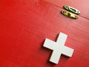 Ein Verbandskasten ist gemäß StVZO in einem Pkw  Pflicht.