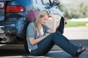 Erste Hilfe leisten: Beruhigen Sie die unter Schock stehenden Unfallbeteiligten.