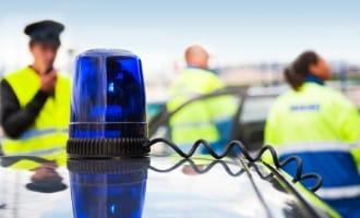 Viele fragen sich: Muss man bei einem Unfall immer die Polizei rufen?