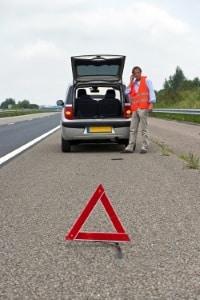 Sie sollten die Polizei rufen bei einem Unfall, nachdem die Unfallstelle abgesichert wurde.