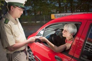 Innerhalb der Sperrfrist ist der Führerschein für mindestens sechs Monate weg. Auf das Autofahren muss verzichtet werden.