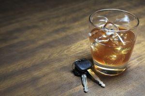 Sie können Alkohol kontrolliert Trinken, indem Sie den Konsum einschränken und nach dem Trinken nicht Autofahren.