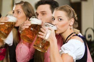 Kontrolliertes Trinken bis zur MPU kann eine Alternative zur Alkoholabstinenz sein.