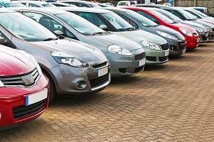 Rote Kennzeichen können im Autohaus ausgeliehen werden.