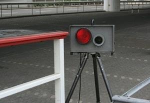 Wie der über Lichtschranke funktionierende Blitzer funktioniert, erfahren Sie im folgenden Ratgeber.