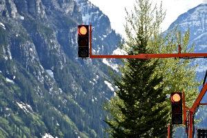 Achtung Blitz! Bei roter Ampel zu fahren kann teuer werden.