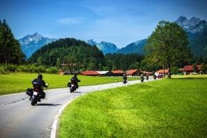 Saisonkennzeichen bieten sich für Motorradfahrer von Frühjahr bis Herbst an.