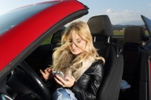 Geblitzt mit dem Handy am Ohr oder in der Hand: Das Blitzerfoto ist hier Beweis für zwei Ordnungswidrigkeiten.
