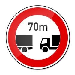 Für Lkw kann z. B. auf der Autobahn ein besonderer Sicherheitsabstand vorgeschrieben werden.