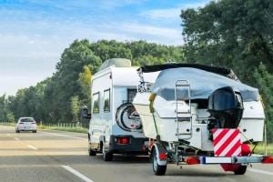 Die zulässige Höchstgeschwindigkeit mit einem Anhänger kann 50, 80 oder 100 km/h betragen.