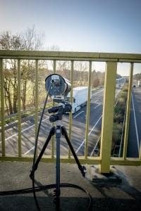 Mithilfe von Videomessverfahren wird eine Abstandsunterschreitung auf der Autobahn festgestellt.
