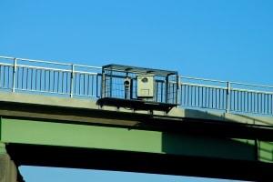 Auf der Autobahn werden Drängler mithilfe der Abstandsmessung ermittelt.