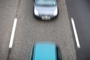 Verstoß gegen den Mindestabstand: Auf der Autobahn droht ein Bußgeld von bis zu 400 Euro.