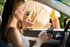 Beim Einspruch gegen den vorläufigen Führerscheinentzug sollte ein Anwalt helfen.