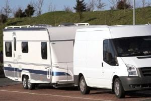 Höchstgeschwindigkeit: Ein Auto/Transporter mit Anhänger muss die Geschwindigkeit anpassen.