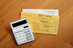 Zum Bußgeld bei einer Ordnungswidrigkeit kommen weitere Kosten: Gebühren und Auslagen.