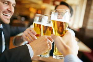 Was tun gegen Restalkohol? Meist hilft nur abwarten.