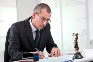 Ob ein Einspruch oder ein Widerspruch gegen die Ordnungswidrigkeit infrage kommt, kann ein Anwalt beurteilen.