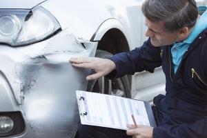 Ist nach einem Autounfall die Schuldfrage ungeklärt, kann die Versicherung einen Sachverständigen beauftragen.