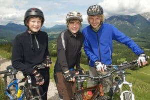 Bei einem Fahrradunfall schützt der Helm den Kopf des Radlers.